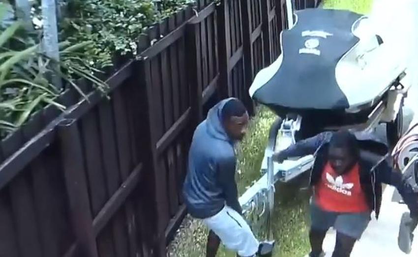 Ladrones quedan captados en cámara llevándose un jetski de una casa en Miami