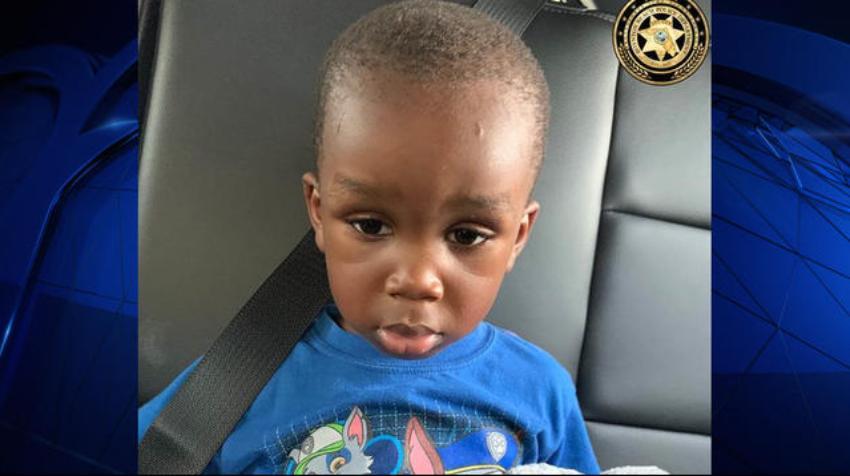 La policía de Miami encuentra a un pequeño niño caminando solo por Boynton Beach, buscan a los padres