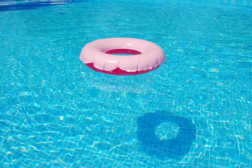 Niño de 5 años se ahoga en piscina de olas en Florida