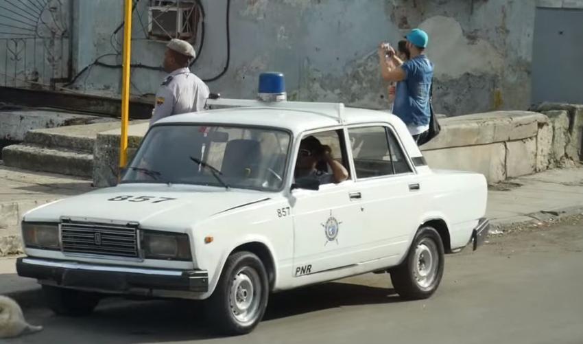 Captan en cámara a la Policía en Cuba golpeando a un joven en la calle