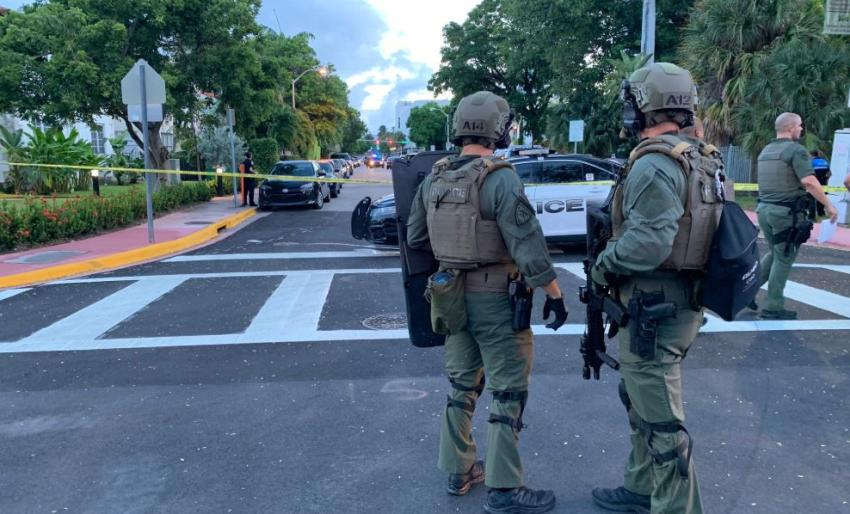 Equipo SWAT responde a situación de emergencia en Miami Beach donde un hombre se encerró en un edificio