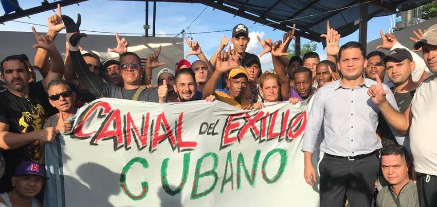 """Cubanos varados en México aclaman a Eliécer Ávila como """"presidente"""" durante la visita del líder opositor"""