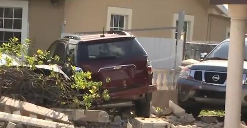 Auto impacta un muro que separaba dos casas en Miami; una persona llevada en helicóptero al hospital
