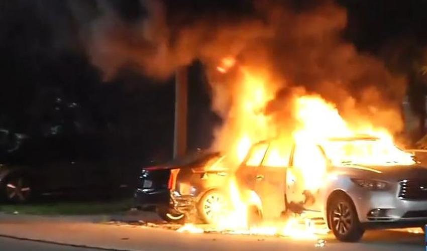 Incendian dos vehículos afuera de una vivienda en Miami
