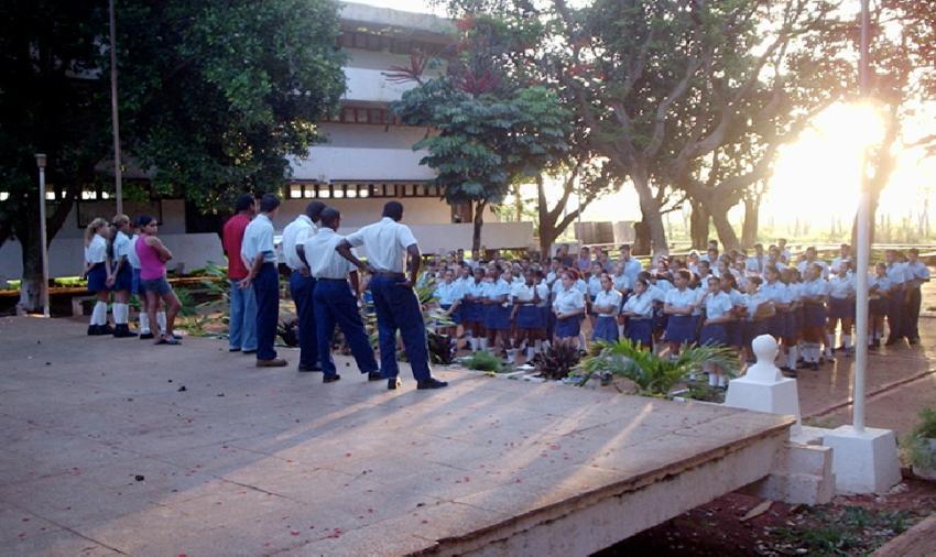 Estudiantes en escuelas becadas en Cuba tendrán que salir de pase cada 11 o 25 días debido a la falta de combustible