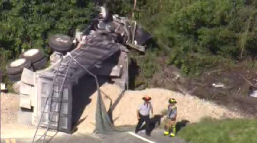 Un camión de volteo pierde el control en el suroeste de Miami; se reporta un herido