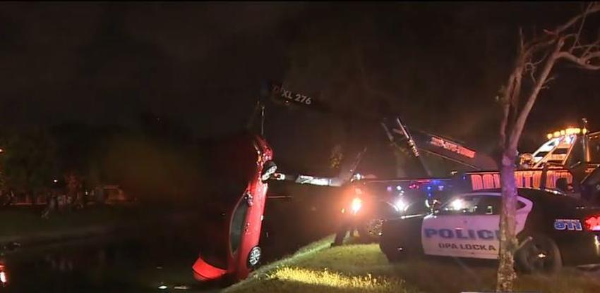Tres menores de edad huyen luego de caer en un canal manejando un carro robado en Opa-Locka