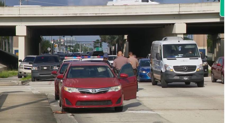 Un hombre en Miami abre fuego desde su auto contra otro vehículo en un incidente de ira en la carretera