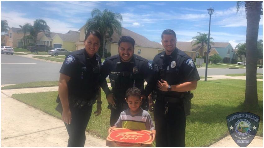 Niño de 5 años en Florida llama al 911 porque tenía hambre y los oficiales le llevan pizza