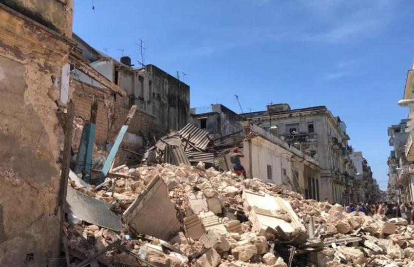 Vecinos de Centro Habana en la calle, por doble derrumbe en un mismo día, con algunas horas de diferencia