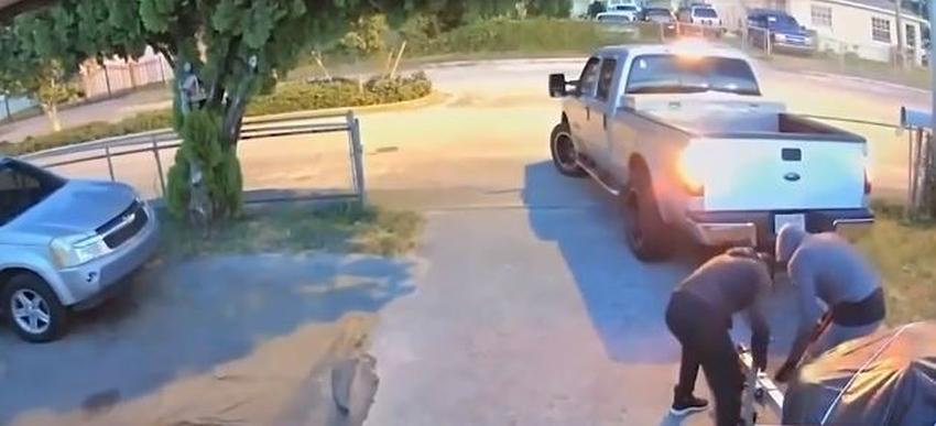 Captan en cámara como ladrones roban una moto acuática de una casa en Hialeah