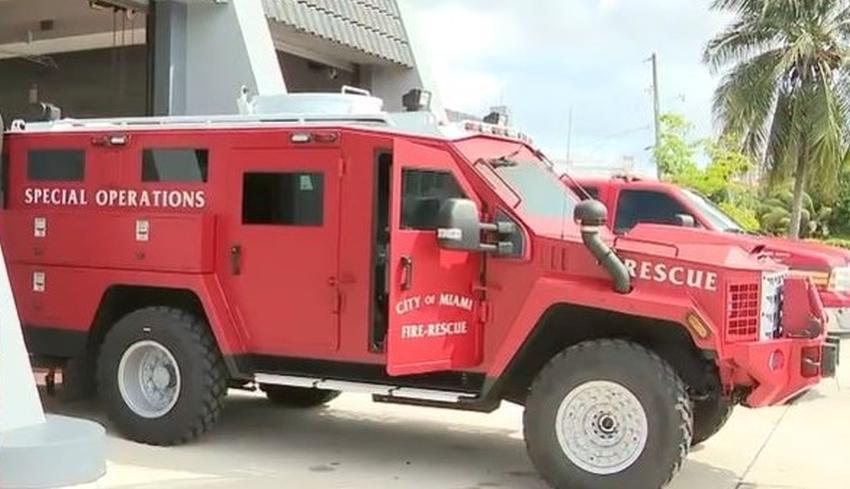 Bomberos de Miami hacen historia con un nuevo camión blindado para la unidad de rescate
