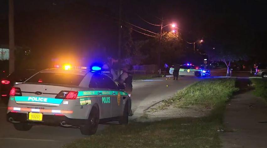 Tres oficiales resultan heridos en un tiroteo tras responder a una llamada de emergencia en una casa en Kendall