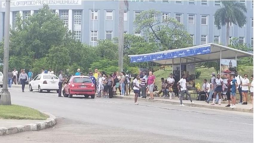 Policías cubanos paran carros estatales para montar personas y ayudar con la situación de transporte actual