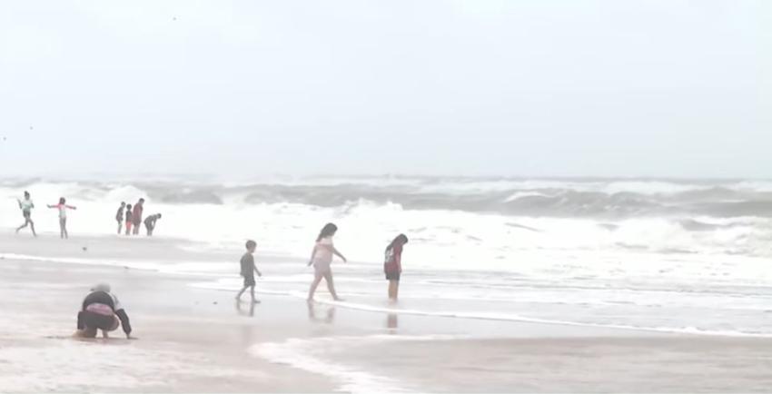 Corrientes de resaca se tragan a un bañista en una playa del norte de Florida; la Guardia Costera se une a la búsqueda