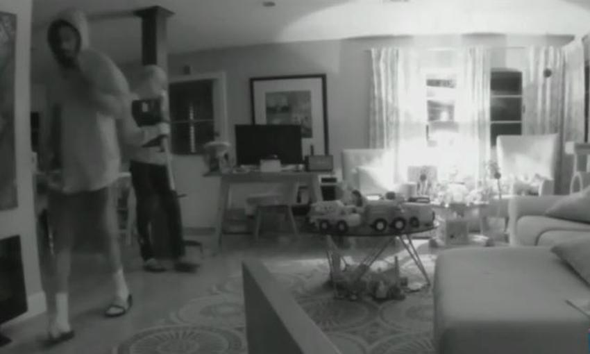 En cámara dos hombres roban pacientemente dentro de una casa de Miami