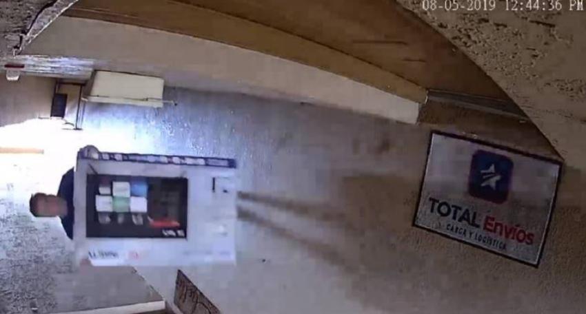 En cámara un hombre se roba un televisor recién entregado en una casa del sur de la Florida