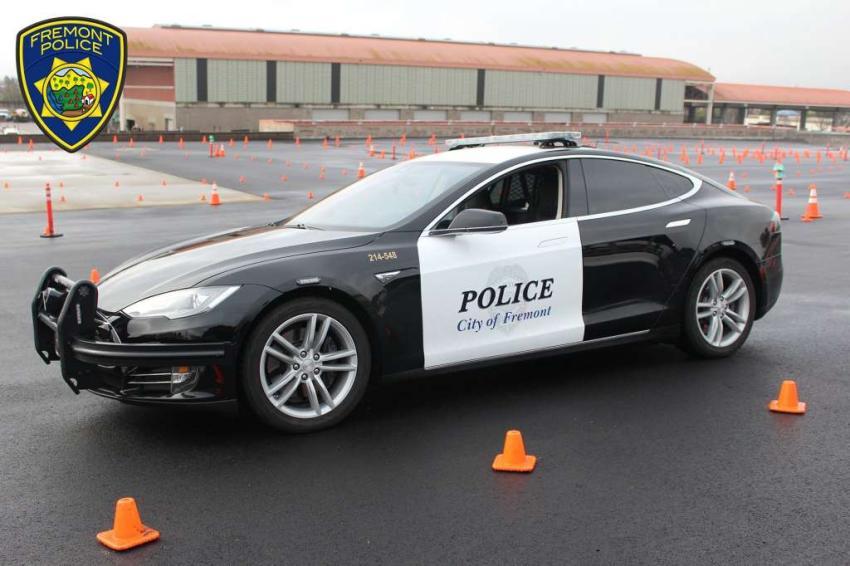 Un carro de patrulla Tesla se queda sin batería en medio de una persecución policial