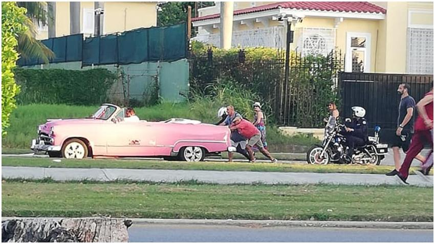Turistas en Cuba se tienen que bajar a empujar un Almendron que los llevaba de recorrido por La Habana