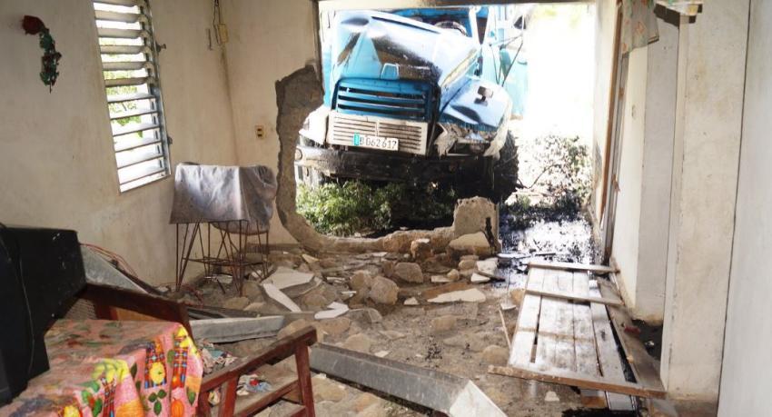 Muere el chofer de un camión tras chocar contra una vivienda en Guantánamo; otras dos personas resultan heridas