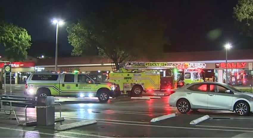Bomberos acuden a un incendio en supermercado Fresco y Más en el suroeste de Miami
