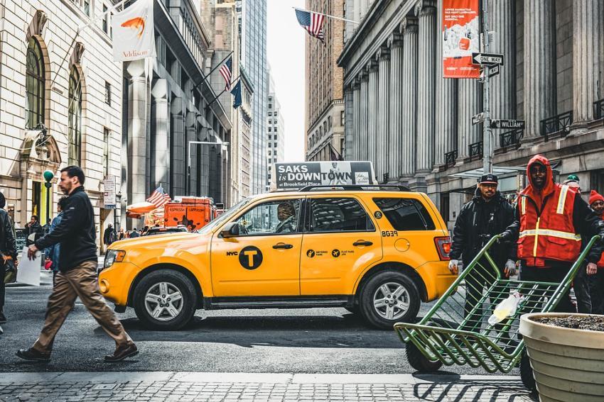 """La ciudad de Nueva York prohíbe el uso discriminatorio del término """"extranjero ilegal"""", y los infractores están sujetos a multas de hasta 250 mil dólares"""