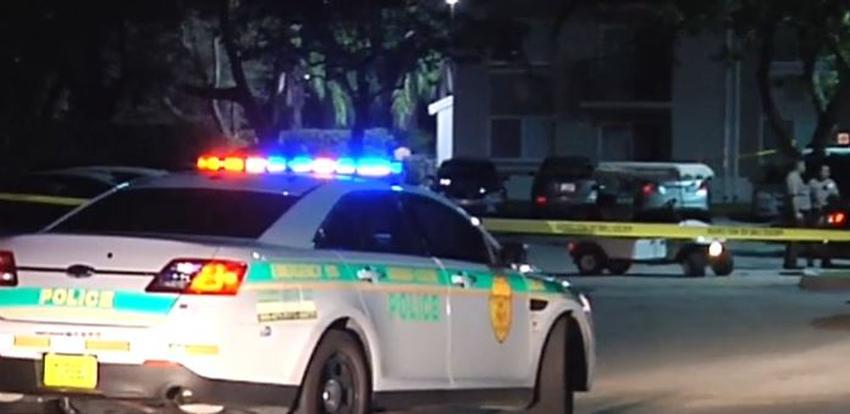 Guardia de seguridad es baleado persiguiendo a dos intrusos dentro de un complejo de apartamentos en el suroeste de Miami