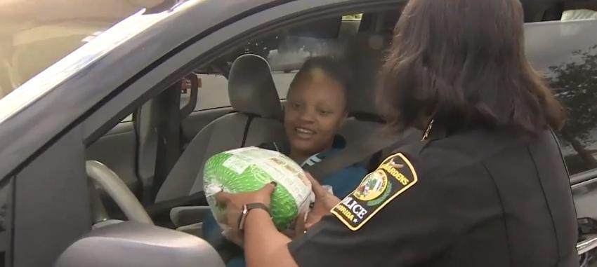 Agentes de la Policía de Miami Gardens sorprendieron a los conductores al regalar pavos en la semana de Acción de Gracias