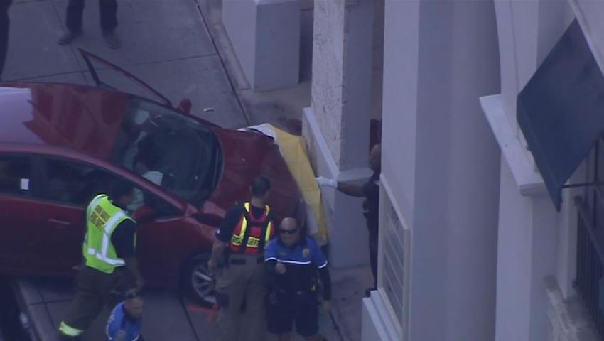 Una mujer casi pierde una pierna tras quedar atrapada entre un automóvil y un edificio en un accidente en Coral Gables
