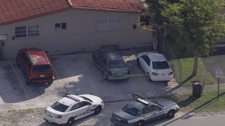 Un vehículo deja a una mujer  incrustada contra una pared afuera de un complejo de apartamentos en Hialeah