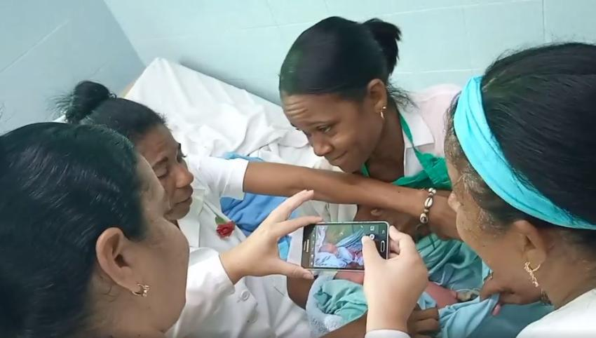 Hallan a una bebé recién nacida, que habían abandonado detrás de una funeraria en Alamar