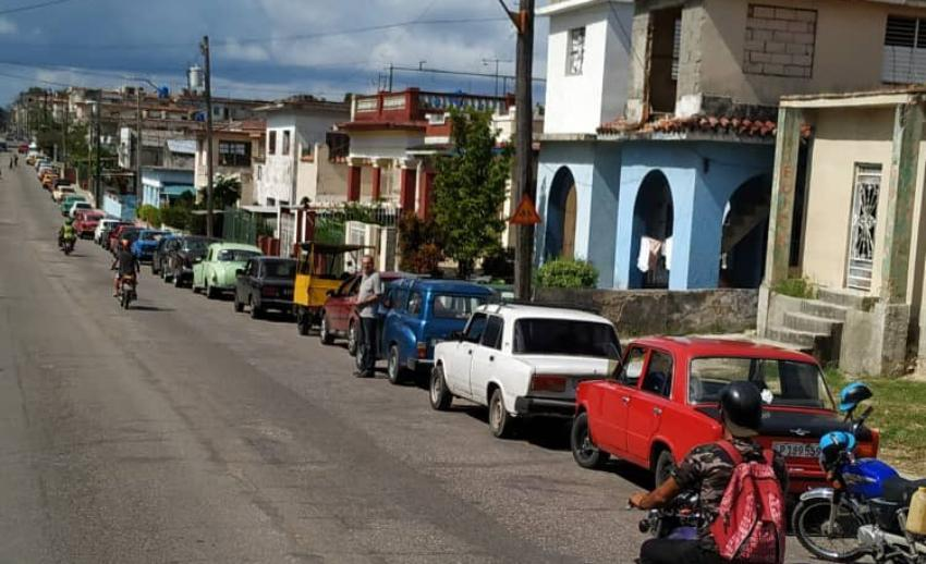 Crisis de combustible continúa en Cuba, usuarios reportan cuadras de colas para comprar gasolina en La Habana