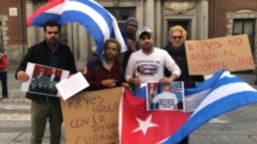 Cubanos en Madrid protestan frente al Ministerio de Asuntos Exteriores de España por la visita de los Reyes a la Isla