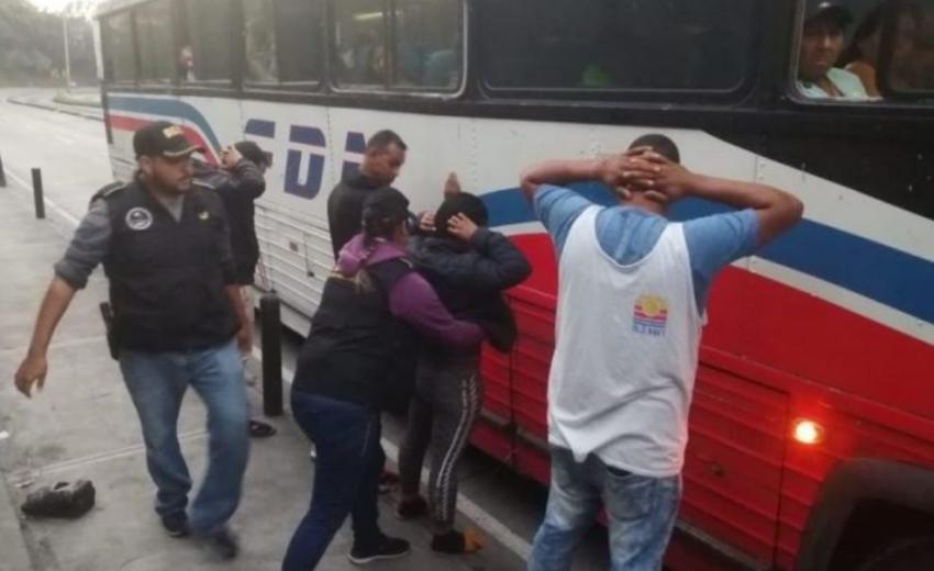 Autoridades guatemaltecas detienen a 4 cubanos en una terminal de autobuses