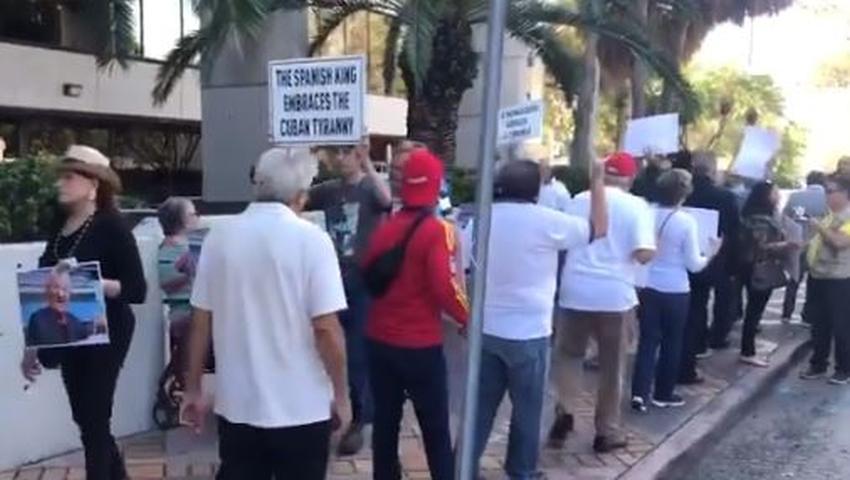 Exiliados cubanos en Miami protestan frente al consulado de España por la visita de los Reyes a Cuba