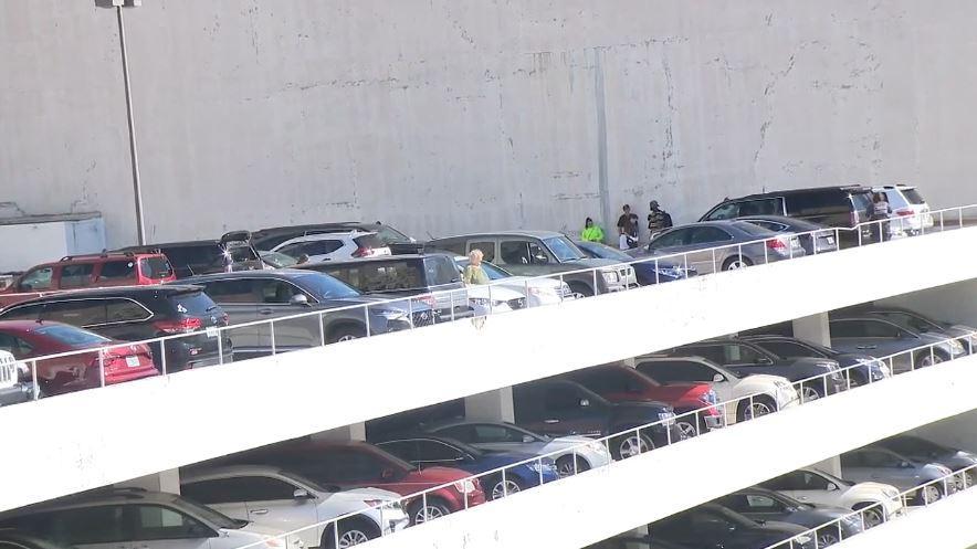 Varios turistas regresan de un crucero para encontrar sus automóviles vandalizados en un estacionamiento en el Downtown de Miami