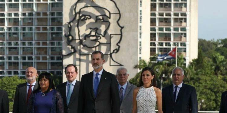 El rey de España no quiere reunirse con la oposición cubana pero sí dejó que le tomaran la foto con el Ché Guevara de fondo
