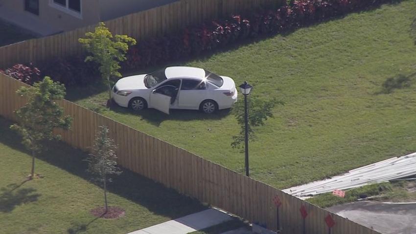 La policía busca a ladrones que dejaron abandonado un auto robado en el suroeste de Miami Dade