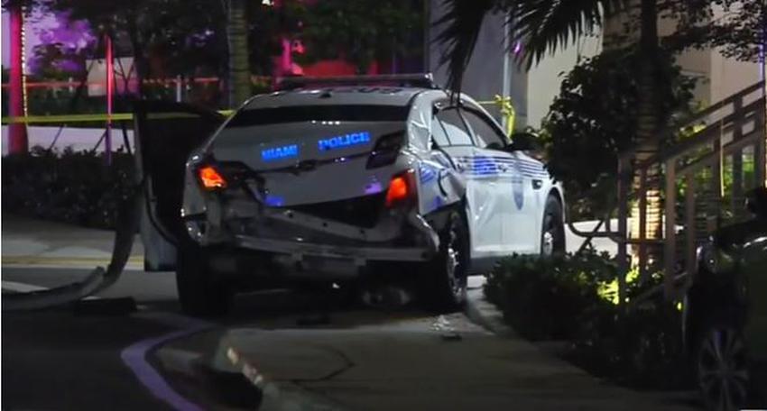 Conductor choca contra oficiales de la policía de Miami y se da a la fuga