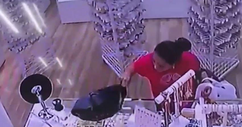 Policía de Miami busca a una mujer que quedó grabada en cámara robando un monedero de un bolso en el Mall de las Américas