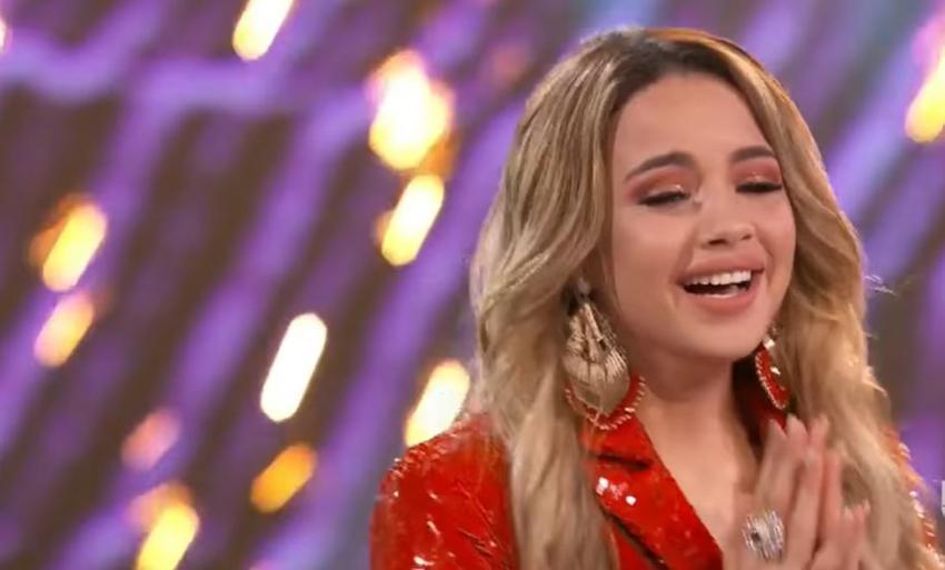 La cantante cubana Yennis Bencosme se lleva el premio ganador en la Reina de la Canción