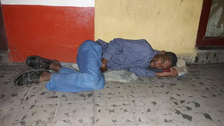 Profesor cubano de ajedrez duerme en la calle desde hace dos años, denuncia le robaron su casa de madera
