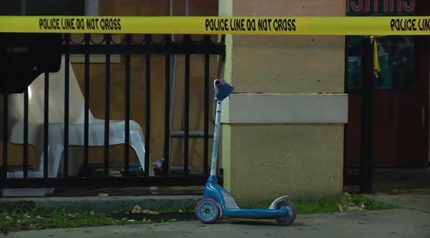 Trasladan a un hombre al hospital, luego de recibir varios disparos, afuera de su casa en Miami-Dade