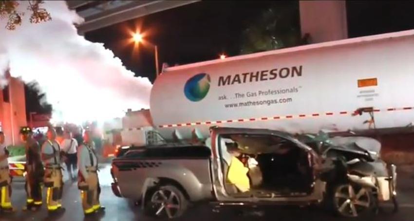 Bomberos de Miami logran rescatar a un conductor que quedó atrapado en una camioneta debajo de un camión cisterna