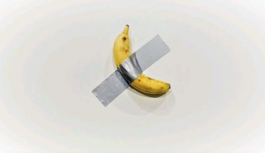Tercera pieza de la banana pegada a la pared con cinta adhesiva se vende por 150 mil dólares