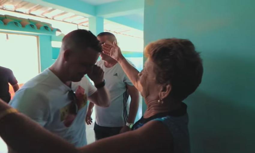 Youtuber cubano graba el emotivo reencuentro entre un hijo y su madre en Cuba tras 7 años de separación
