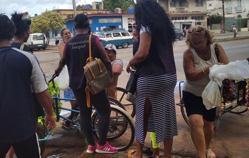 Denuncian inspectoras multaron a un señor inválido por vender lechugas en una avenida del municipio Playa