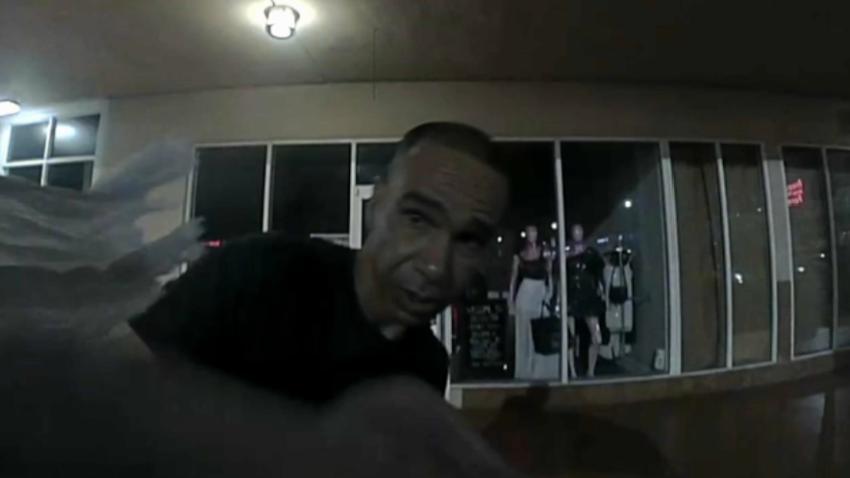 Policía de Miami busca a un hombre que robó dentro de un Tesla y el auto lo grabó mientras cometía el delito