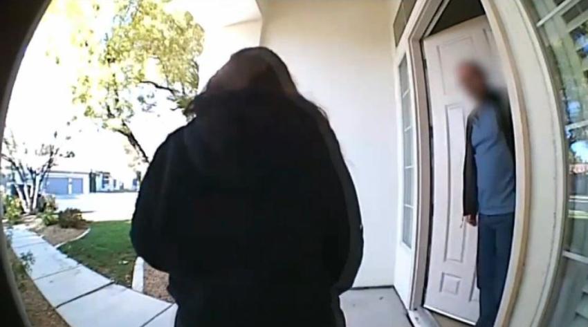 In fraganti el dueño de una vivienda atrapa a una ladrona de paquetes en su portal