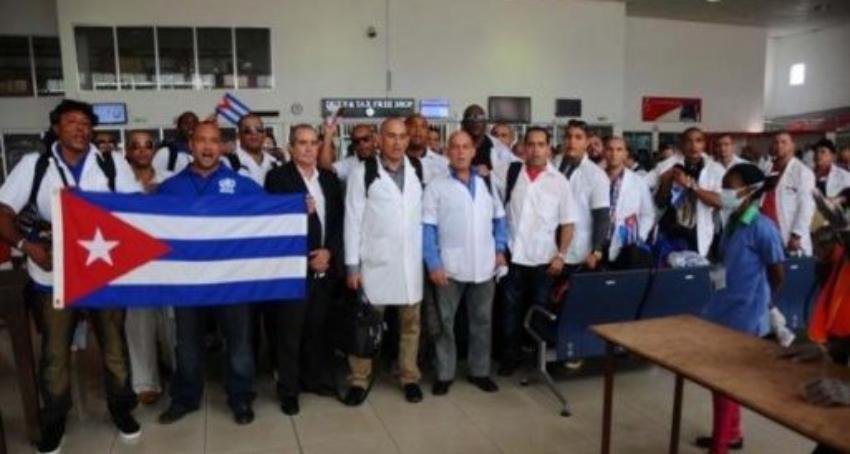 En medio de una crisis con los médicos locales, Zimbabwe busca contratar a profesionales de la salud cubanos